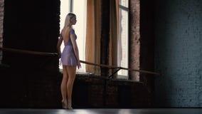 Classe e riscaldamento di balletto Ragazza bionda nello studio al rallentatore archivi video