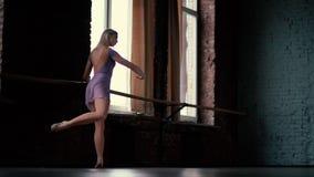 Classe e riscaldamento di balletto Ragazza di Blone nello studio al rallentatore archivi video