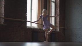 Classe e riscaldamento di balletto Ragazza di Blone nello studio al rallentatore stock footage