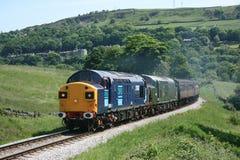 Classe 37 37087 et D6737 chez le Keighley et en valeur la vallée Railwa photographie stock libre de droits