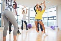 Classe et instructeur de forme physique faisant l'exercice de pilates image stock
