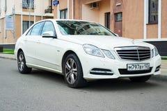 A classe executiva luxuosa nova auto Mercedes Benz estacionou perto da casa imagem de stock royalty free