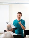 Classe felice del computer di Taking Lecture In dell'istitutore Fotografia Stock