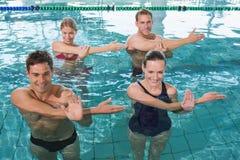 Classe felice di forma fisica che fa aerobica dell'acqua immagine stock libera da diritti