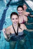 Classe femelle de forme physique faisant l'aérobic d'aqua Images libres de droits