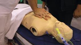 Classe médica O doutor mostra como salvar uma pessoa video estoque
