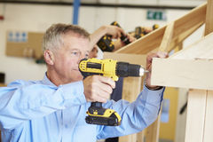 Classe madura da carpintaria de Using Drill In do estudante foto de stock