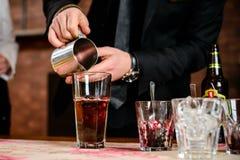Classe matrice che prepara in cocktail della birra fotografie stock