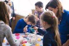 Classe matrice per i bambini nella decorazione dei dolci Cerkasy, Ucraina, il 23 marzo 2018 Immagini Stock Libere da Diritti