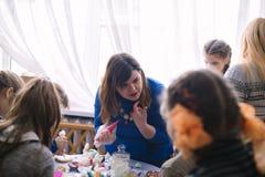 Classe matrice per i bambini nella decorazione dei dolci Cerkasy, Ucraina, il 23 marzo 2018 Fotografia Stock Libera da Diritti