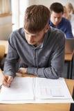 Classe matura di Attending Adult Education dello studente maschio Fotografia Stock Libera da Diritti