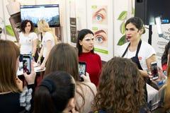 Classe mestra na matização da sobrancelha e em métodos cosméticos modernos da indústria foto de stock