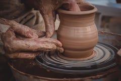 Classe mestra na modelagem da argila em uma roda do ` s do oleiro fotografia de stock