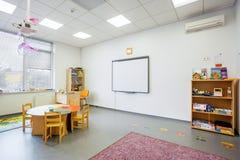 Classe pré-escolar Englishl da academia do interior moderno da educação Fotos de Stock Royalty Free
