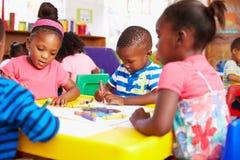 Classe préscolaire dans la banlieue noire sud-africaine, plan rapproché Photographie stock libre de droits