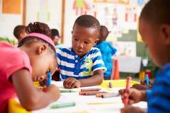 Classe préscolaire dans la banlieue noire sud-africaine, plan rapproché image libre de droits
