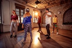 Classe profissional do dançarino no gym urbano fotos de stock