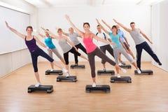 Classe que faz a ginástica aeróbica que equilibra em placas fotos de stock royalty free