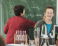 Classees de la Science et de chimie à l'école Photo stock