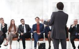Classes d'affaires d'entraîneur avec l'équipe d'affaires Photos stock
