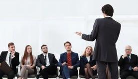 Classes d'affaires d'entraîneur avec l'équipe d'affaires Images stock