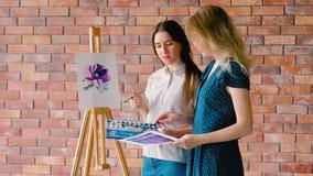 Classes d'art de peinture expliquer la combinaison de couleurs banque de vidéos