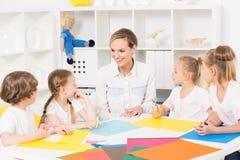 Classes de arte coloridas do jardim de infância para crianças imagem de stock