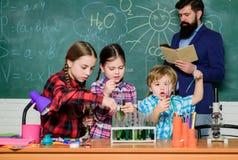 Classes de chimie Interaction et communication de groupe Favorisez les int?r?ts scientifiques La connaissance pratique Enfants de photo stock