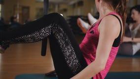 Classes de Pilates dans le gymnase Deux femmes faisant des exercices de Pilates utilisant un anneau de forme physique dans le gym banque de vidéos