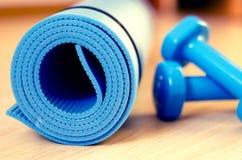 Classes e pesos da aptidão da ioga da esteira - filtre o instagram Imagem de Stock Royalty Free
