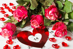 Classez la page avec les coeurs et le bouquet rouges des roses rouges le jour de valentines Photo stock
