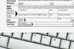 Classez vos déclarations d'impôt en ligne Photos libres de droits