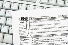 Classez vos déclarations d'impôt en ligne Photo libre de droits