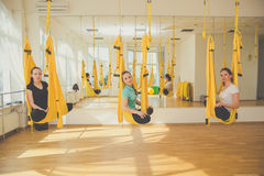 Classi del gruppo di yoga aerea Fotografia Stock