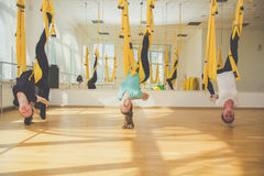 Classi del gruppo di yoga aerea della mosca Fotografie Stock Libere da Diritti