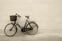 Classic bycicle against a wall Royalty Free Stock Images