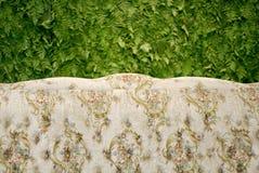 Classic sofa with green fern background Stock Afbeeldingen