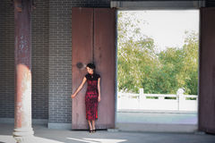 A classical Chinese woman dressed in cheongsam Royalty Free Stock Photos