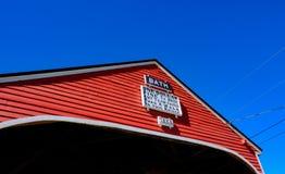 Classico, americano disegnato, ponte coperto di legno in New Hampshire, U.S.A. fotografie stock libere da diritti