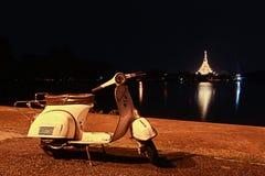 Classico del motorino con fondo Wat Nong Waeng, il tempio reale fotografia stock libera da diritti