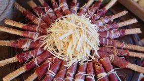 Classificado com carne e queijo na bandeja de madeira vídeos de arquivo