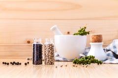 Classificado da especiaria engarrafa a pimenta preta do condimento, pimenta branca a imagem de stock royalty free