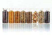 Classificado da especiaria engarrafa a pimenta preta do condimento, pimenta branca, Foto de Stock Royalty Free