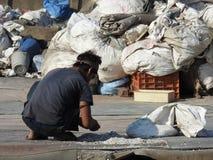 Classificando para fora desperdícios do plástico no precário de Dharavi, Mumbai, Índia Fotografia de Stock Royalty Free