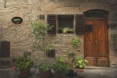 Classinc byggnadsfasad i en stad från Tuscany Arkivbild