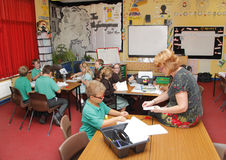 Classrom av skolungdom arkivbilder