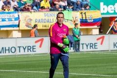 Claudio Bravo värmer upp före den LaLiga matchen mellan Villarreal CF och FCet Barcelona Arkivbild