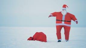 Claus χορεύει και επιλέγει μια τσάντα με παρουσιάζει, κλείνει επάνω απόθεμα βίντεο