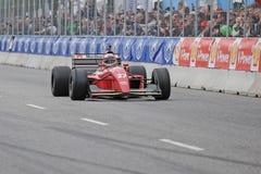 Claus Bertelsen in einem Ferrari-Modell Jean Alesi-Formel 1-Rennwagen stockbild
