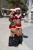 claus dricker kvinnlign som erbjuder preety santa två fotografering för bildbyråer